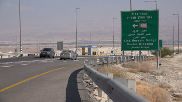 traffic-sign-on-the-highway-towards-the-king-hussein-allenby-border-crossing-between-israel-west-bank-and-jordan_b8m78ualg_thumbnail-full01
